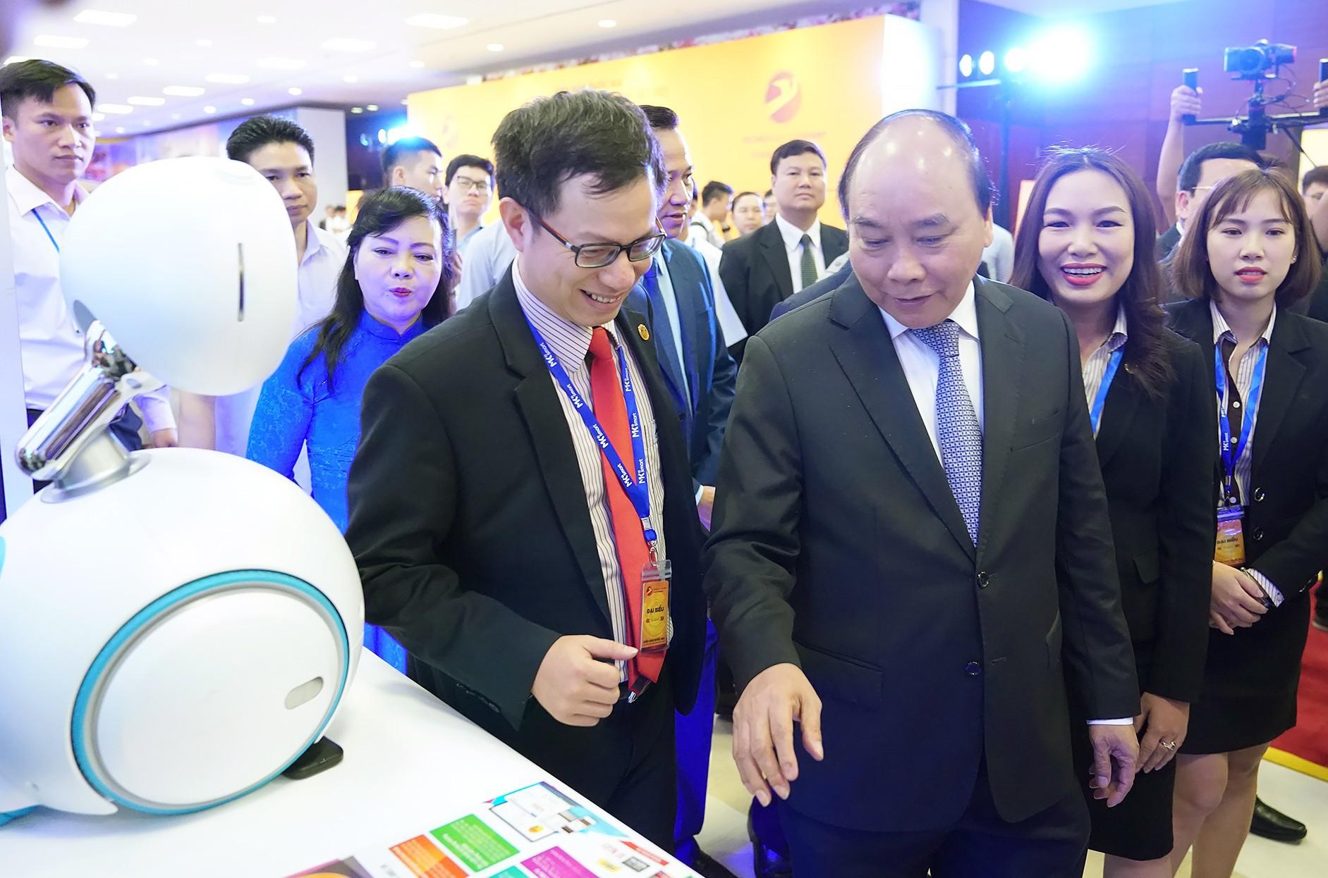Thủ tướng Nguyễn Xuân Phúc dự diễn đàn công nghệ, tham quan bức tường 'Make in Vietnam' - Ảnh 2.