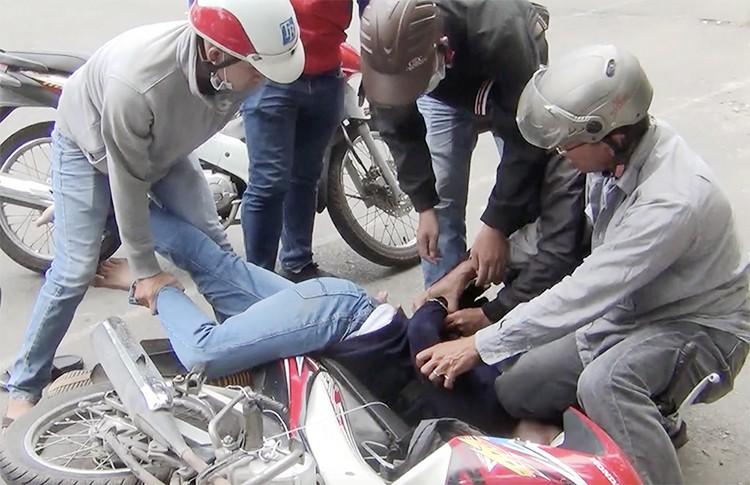Cảnh sát vây bắt nhiều người pha chế ma tuý ở Sài Gòn - Ảnh 1.