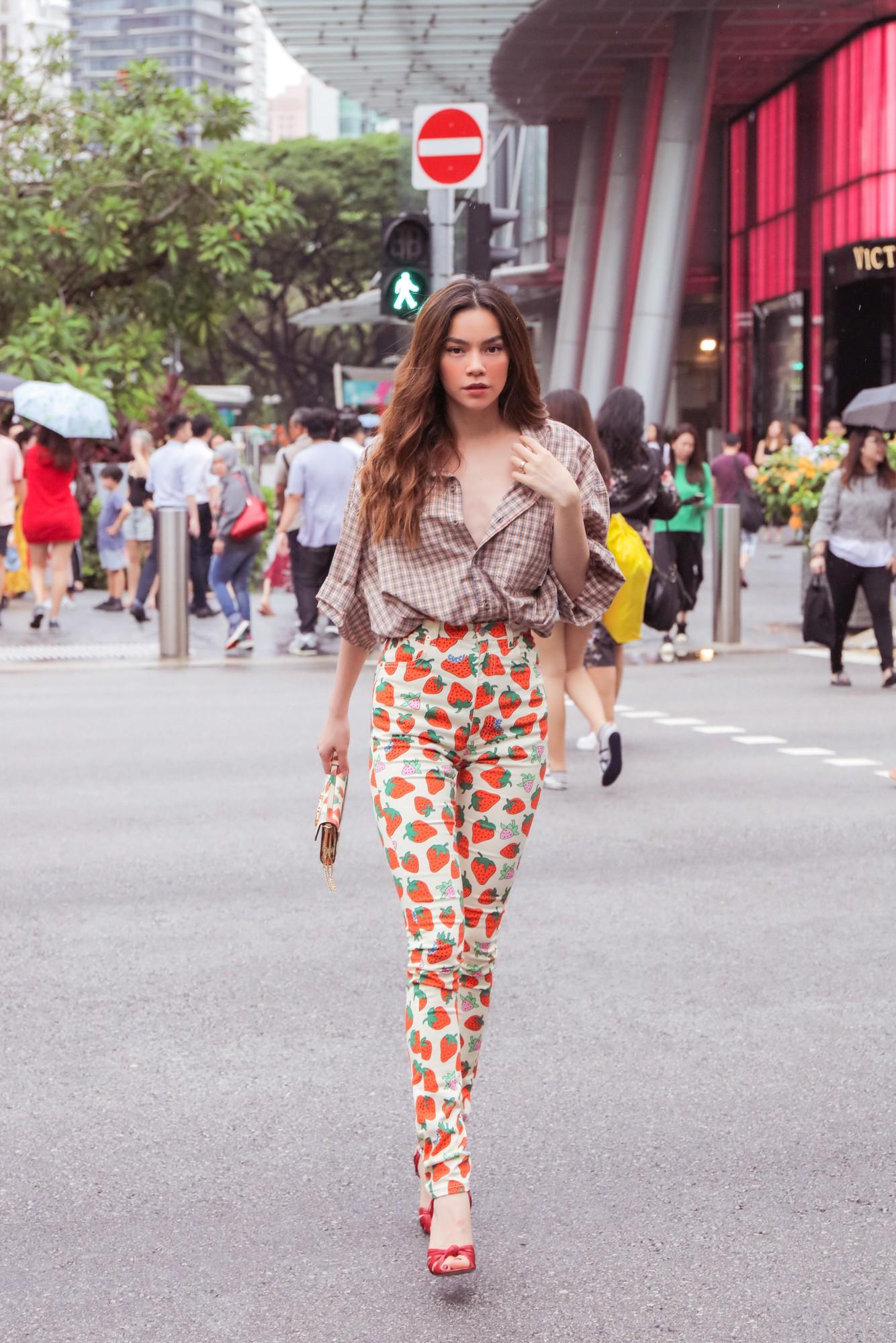Hồ Ngọc Hà gây chú ý trên đường phố Singapore nhờ street style nổi bật   - Ảnh 2.