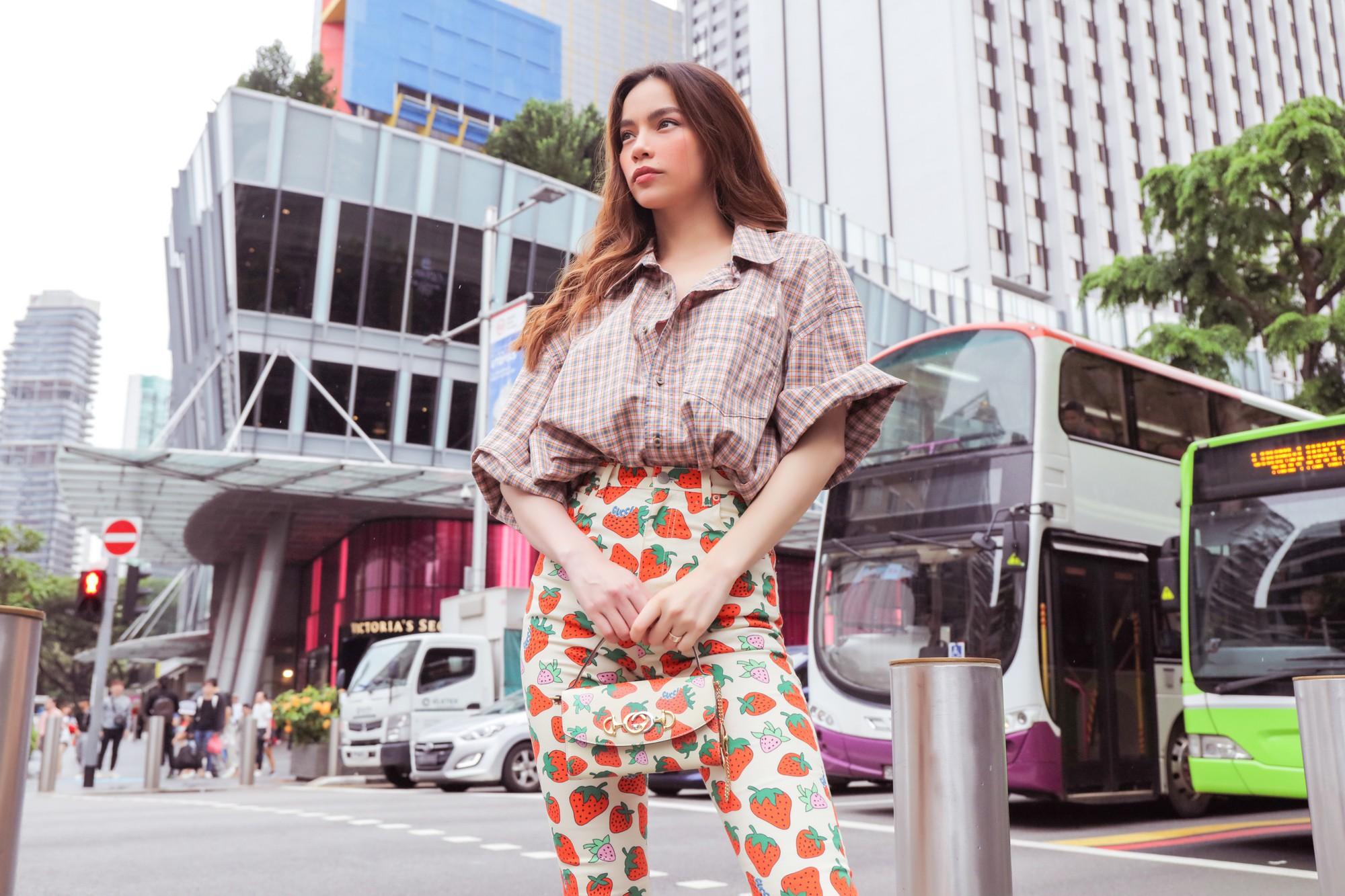 Hồ Ngọc Hà gây chú ý trên đường phố Singapore nhờ street style nổi bật   - Ảnh 1.