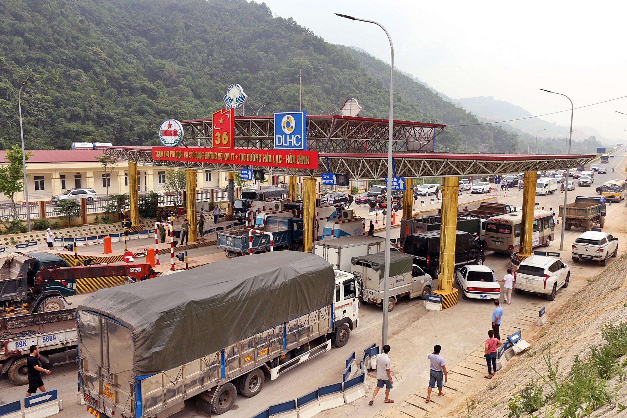 Xe tải chặn làn thu phí BOT Hòa Lạc - Hòa Bình: Nhiều người hì hục kéo dải phân cách để xe đi qua - Ảnh 1.