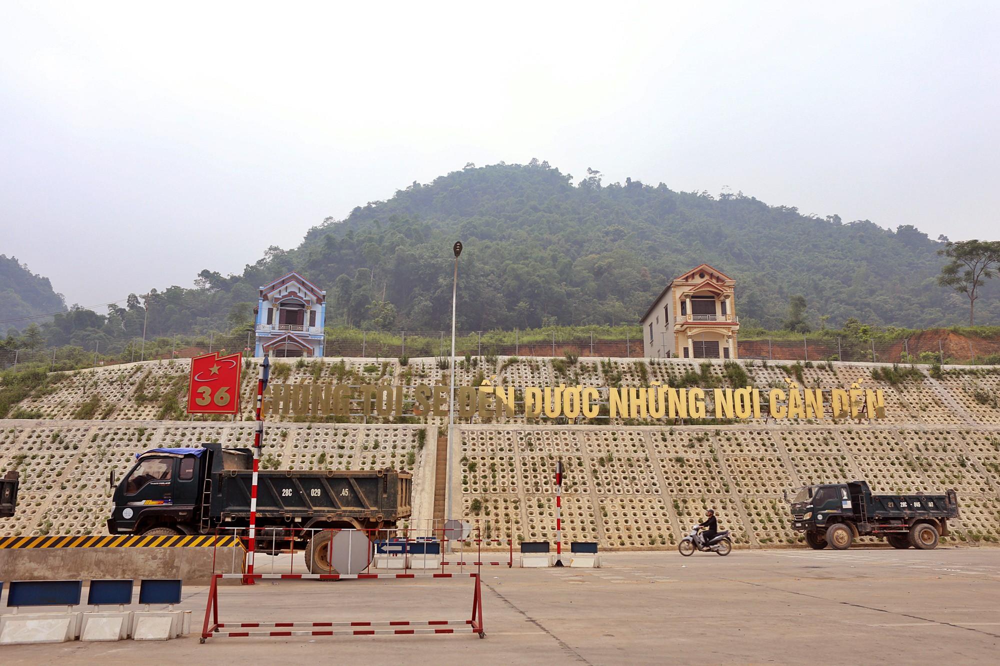Người dân dùng xe tải chặn làn thu phí trạm BOT Hòa Lạc - Hòa Bình từ sáng sớm - Ảnh 10.