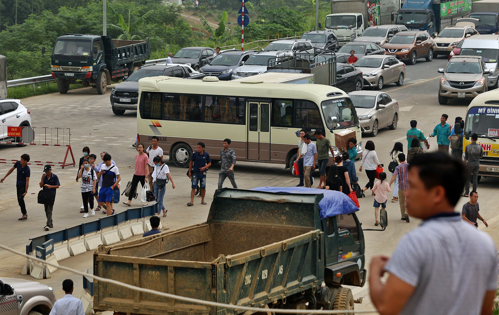 Tài xế khổ sở xếp hàng chờ, khách xuống xe đi bộ vì làn thu phí BOT Hòa Lạc - Hòa Bình bị chặn - Ảnh 10.