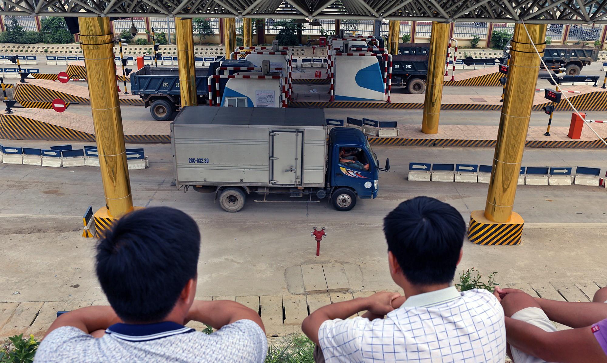 Người dân dùng xe tải chặn làn thu phí trạm BOT Hòa Lạc - Hòa Bình từ sáng sớm - Ảnh 11.