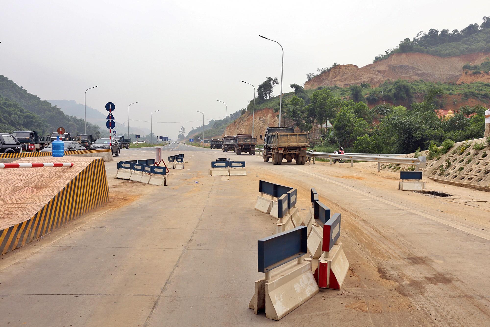 Xe tải chặn làn thu phí BOT Hòa Lạc - Hòa Bình: Nhiều người hì hục kéo dải phân cách để xe đi qua - Ảnh 12.