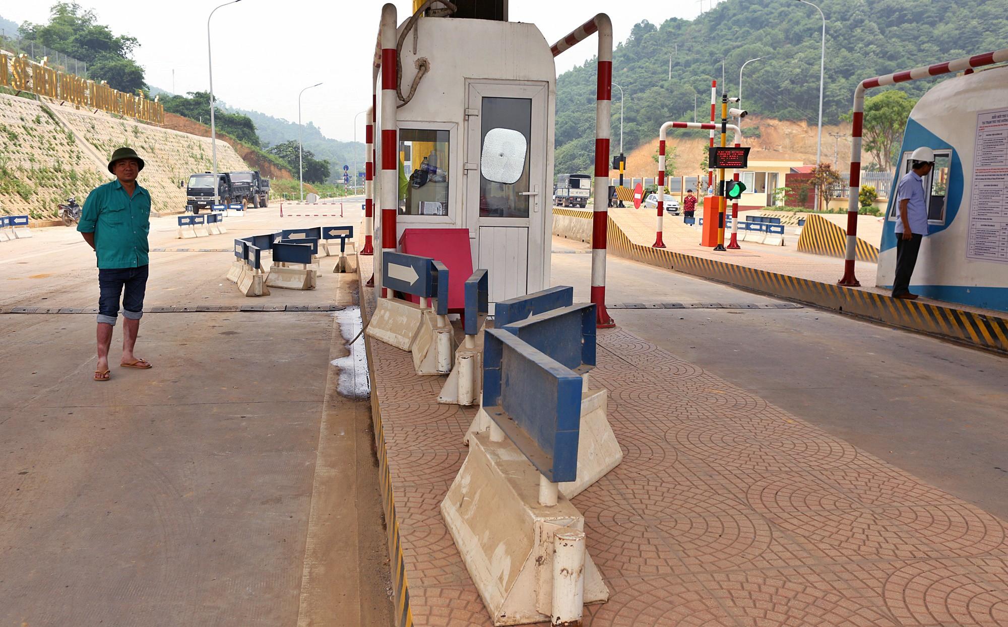 Xe tải chặn làn thu phí BOT Hòa Lạc - Hòa Bình: Nhiều người hì hục kéo dải phân cách để xe đi qua - Ảnh 13.