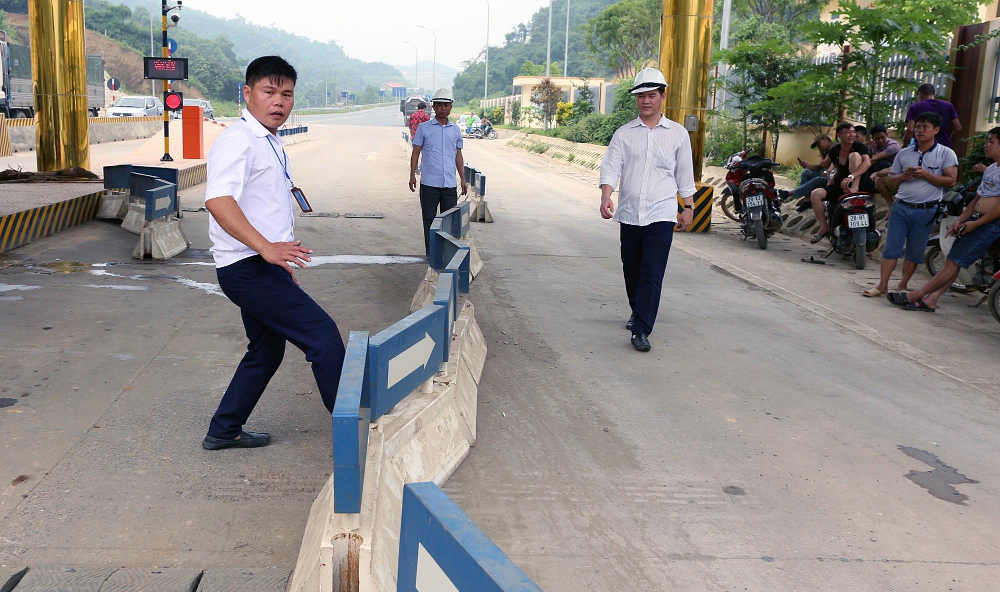 Xe tải chặn làn thu phí BOT Hòa Lạc - Hòa Bình: Nhiều người hì hục kéo dải phân cách để xe đi qua - Ảnh 14.