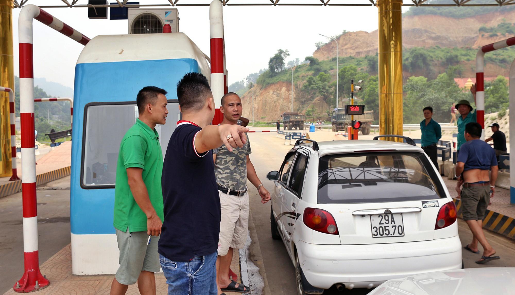 Xe tải chặn làn thu phí BOT Hòa Lạc - Hòa Bình: Nhiều người hì hục kéo dải phân cách để xe đi qua - Ảnh 15.