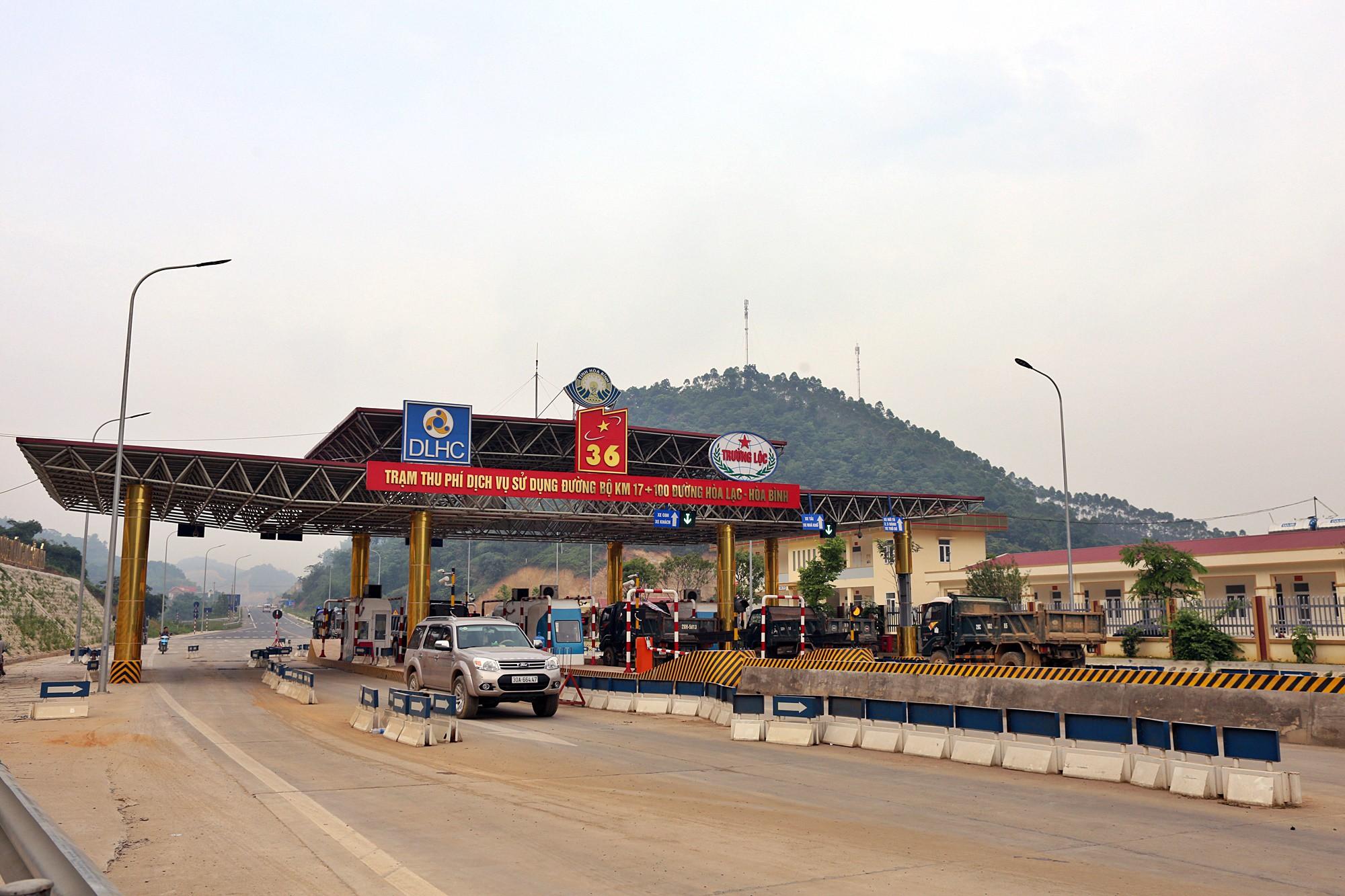 Người dân dùng xe tải chặn làn thu phí trạm BOT Hòa Lạc - Hòa Bình từ sáng sớm - Ảnh 2.