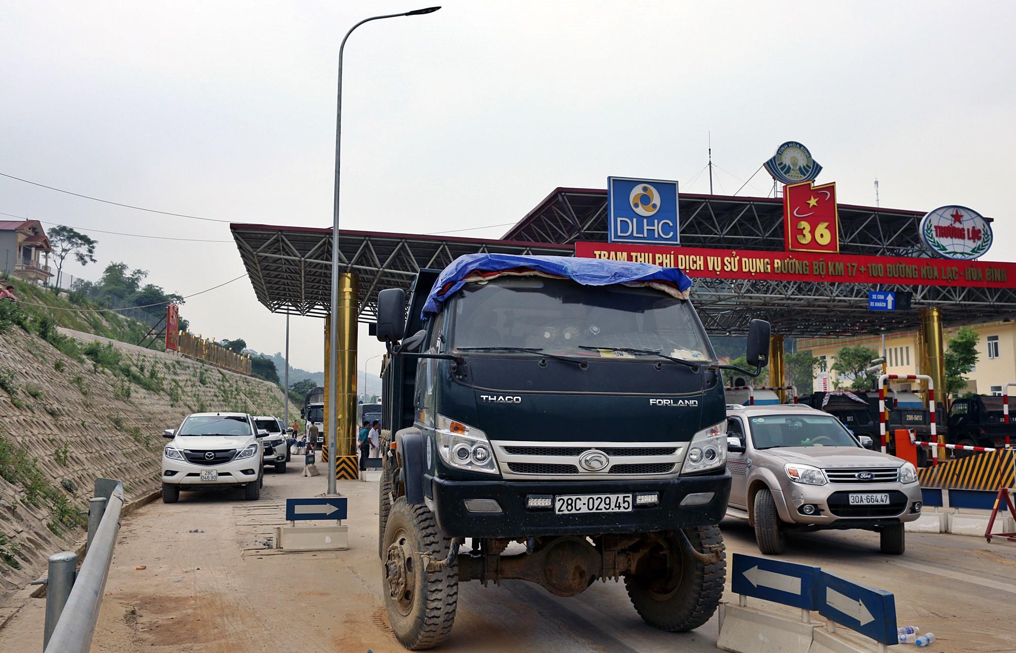 Xe tải chặn làn thu phí BOT Hòa Lạc - Hòa Bình: Nhiều người hì hục kéo dải phân cách để xe đi qua - Ảnh 2.