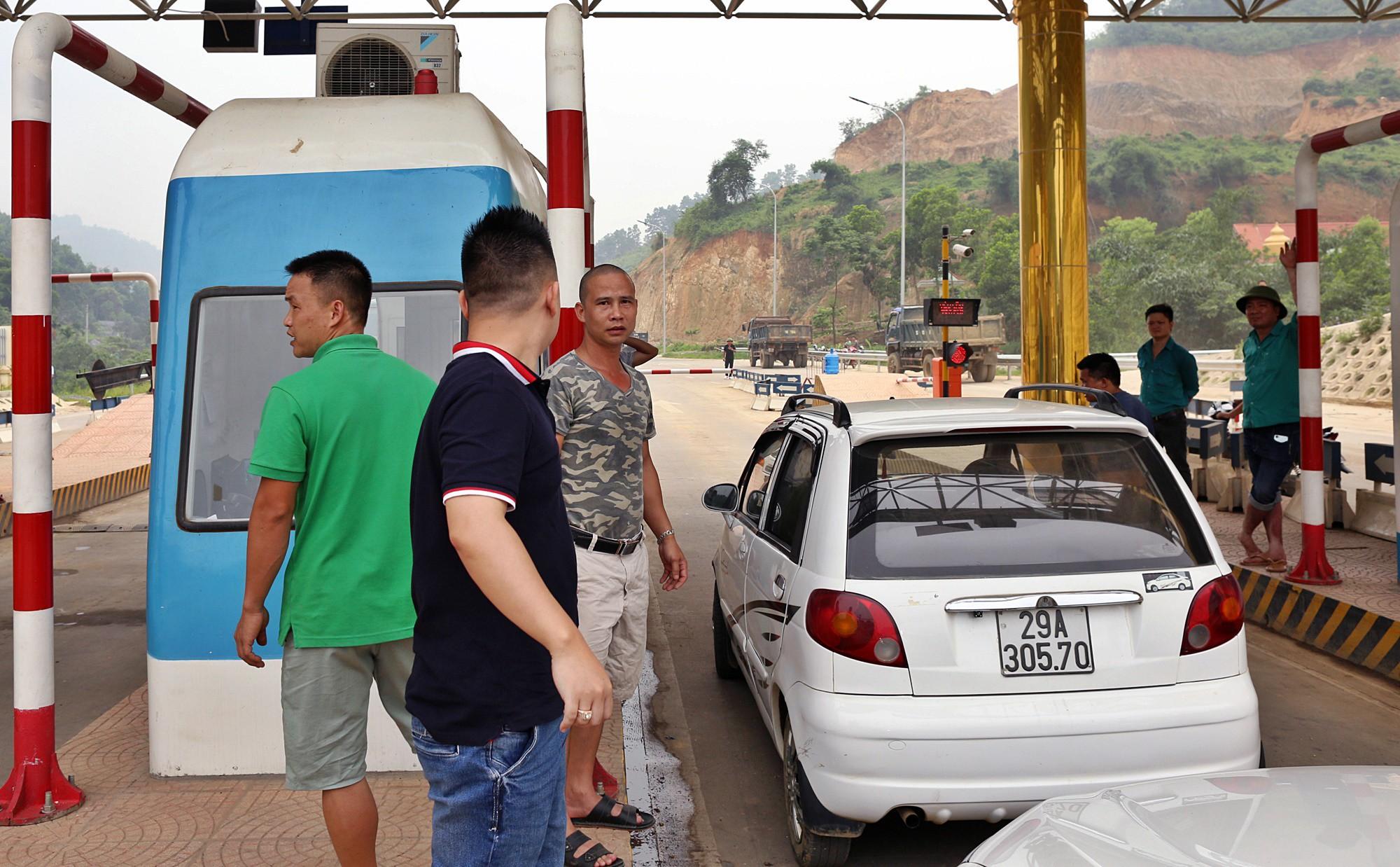 BOT Hòa Lạc - Hòa Bình tố chủ xe ô tô chặn làn thu phí cả đêm - Ảnh 4.