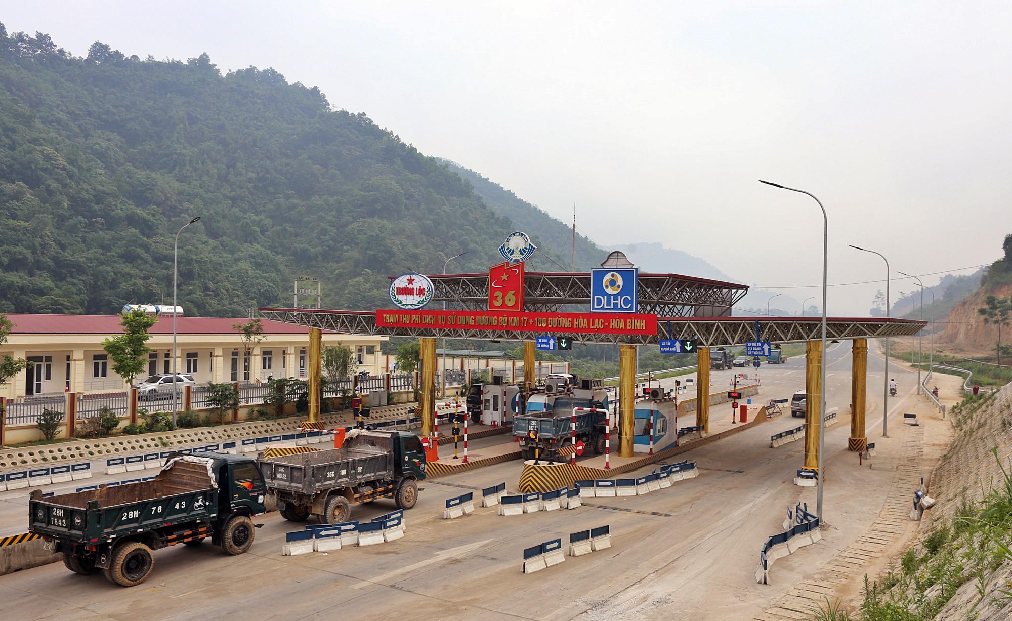 Người dân dùng xe tải chặn làn thu phí trạm BOT Hòa Lạc - Hòa Bình từ sáng sớm - Ảnh 3.