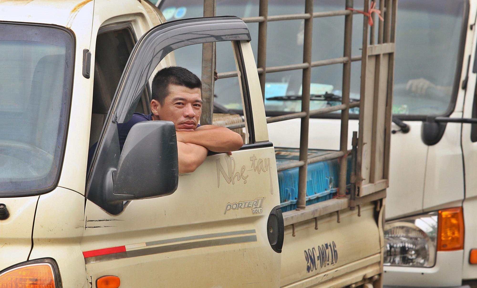 Tài xế khổ sở xếp hàng chờ, khách xuống xe đi bộ vì làn thu phí BOT Hòa Lạc - Hòa Bình bị chặn - Ảnh 4.
