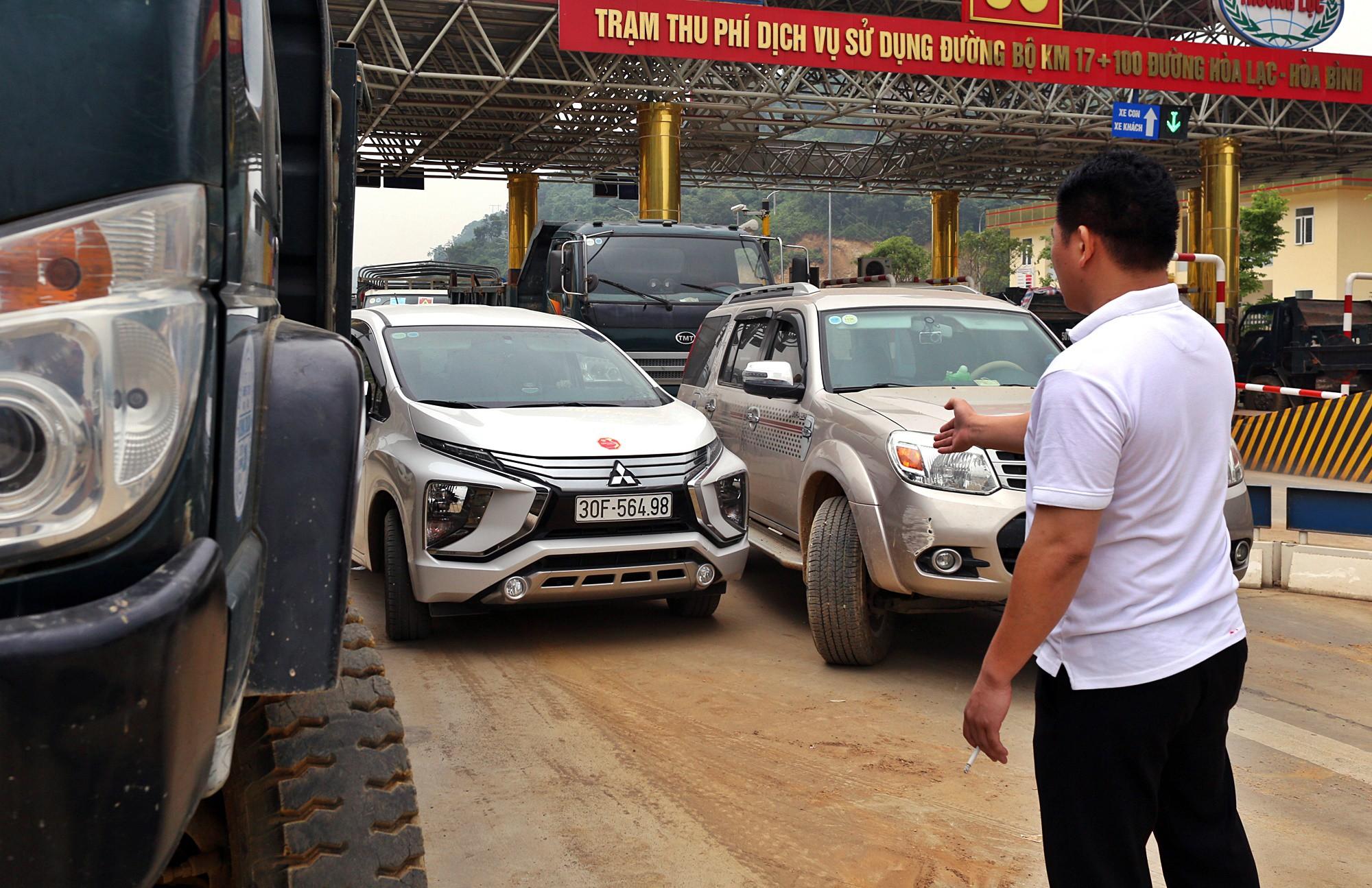 Xe tải chặn làn thu phí BOT Hòa Lạc - Hòa Bình: Nhiều người hì hục kéo dải phân cách để xe đi qua - Ảnh 4.
