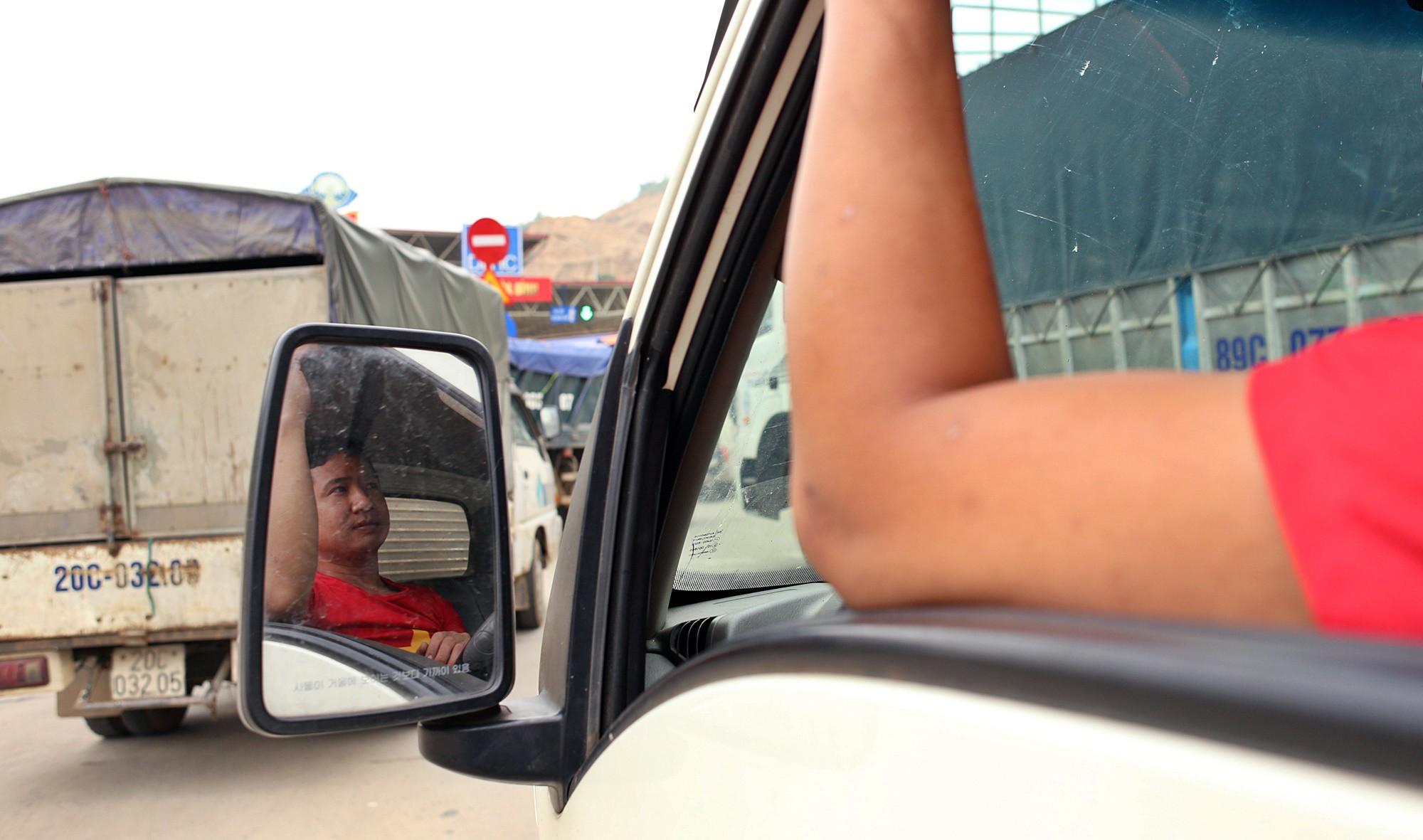 Tài xế khổ sở xếp hàng chờ, khách xuống xe đi bộ vì làn thu phí BOT Hòa Lạc - Hòa Bình bị chặn - Ảnh 5.