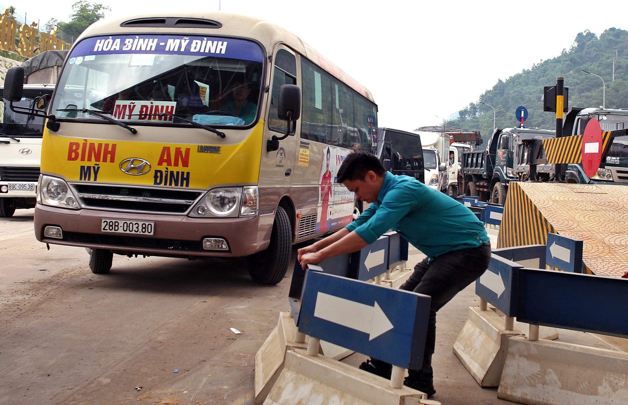 Xe tải chặn làn thu phí BOT Hòa Lạc - Hòa Bình: Nhiều người hì hục kéo dải phân cách để xe đi qua - Ảnh 5.