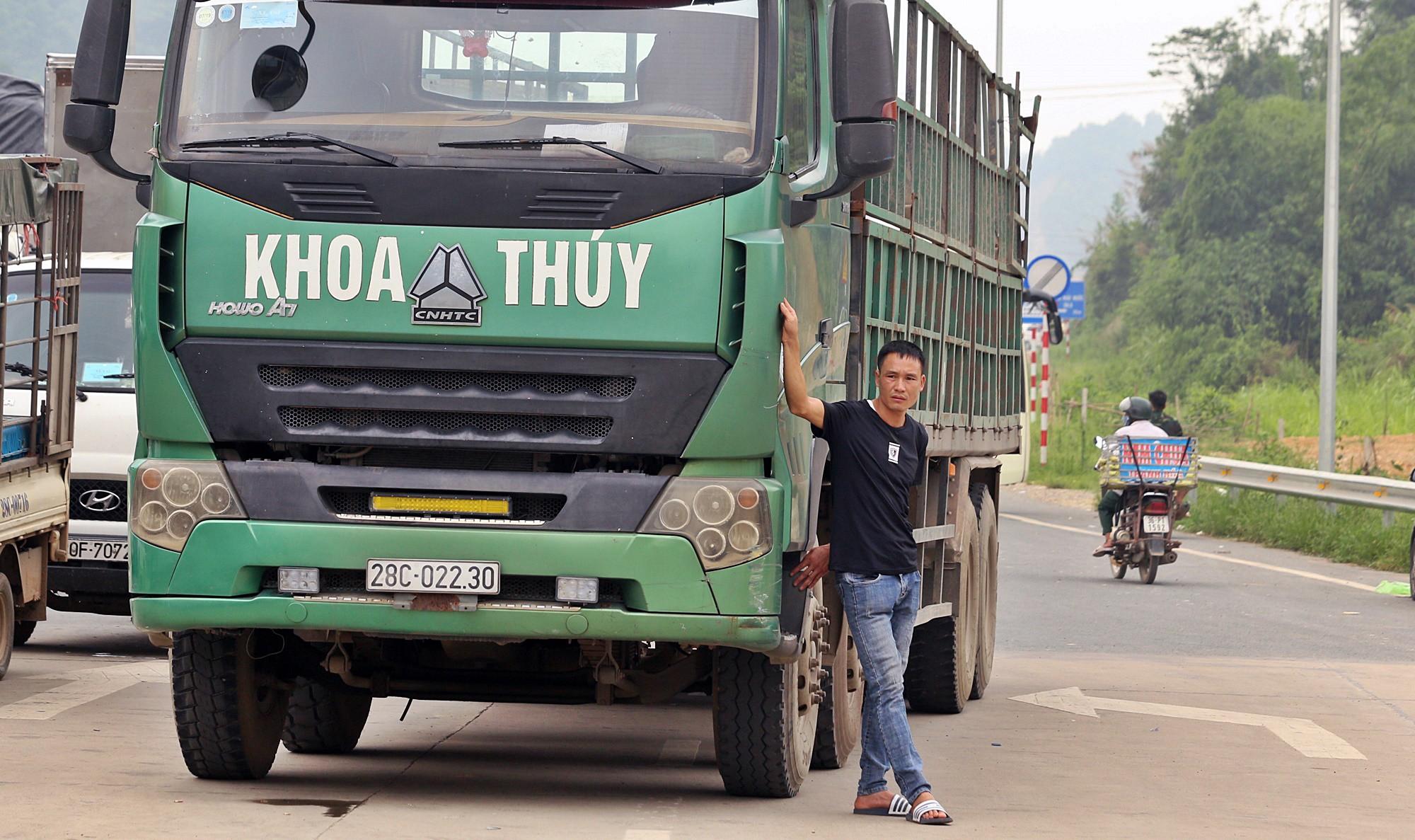 Tài xế khổ sở xếp hàng chờ, khách xuống xe đi bộ vì làn thu phí BOT Hòa Lạc - Hòa Bình bị chặn - Ảnh 6.