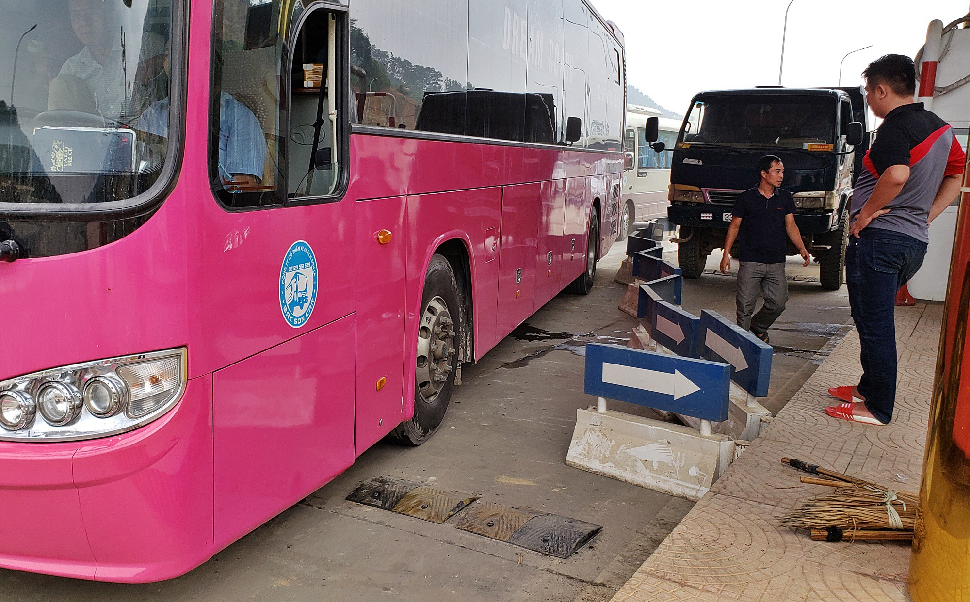 Xe tải chặn làn thu phí BOT Hòa Lạc - Hòa Bình: Nhiều người hì hục kéo dải phân cách để xe đi qua - Ảnh 6.