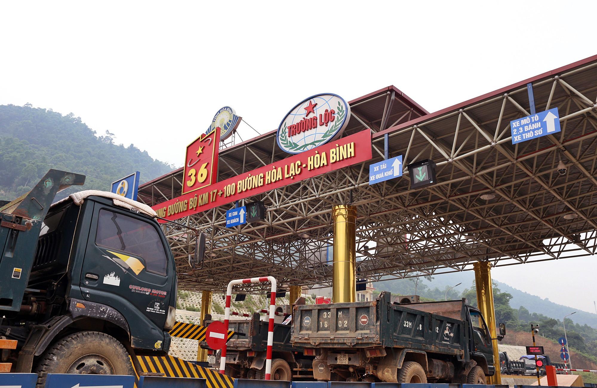 Người dân dùng xe tải chặn làn thu phí trạm BOT Hòa Lạc - Hòa Bình từ sáng sớm - Ảnh 7.