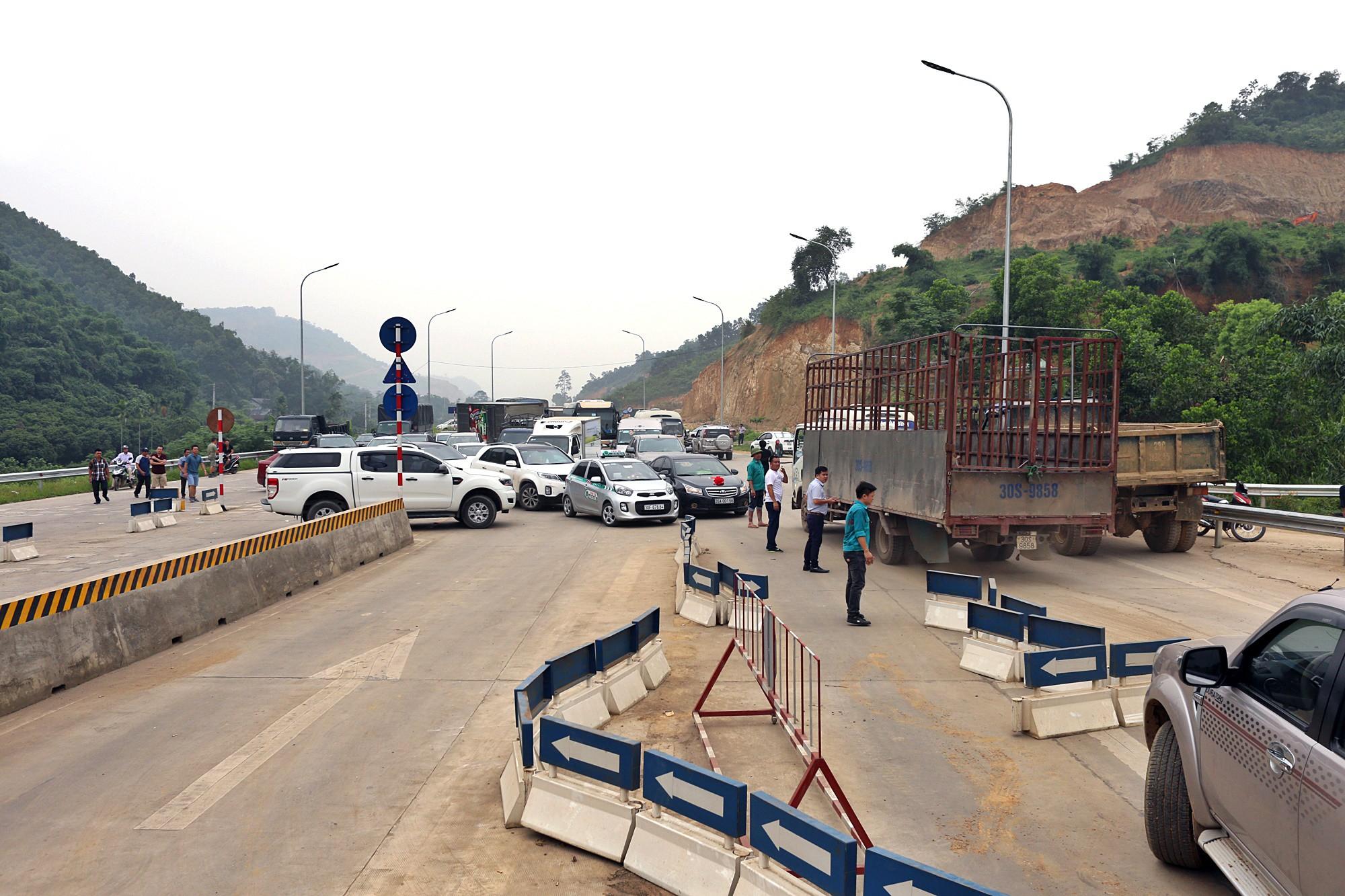Xe tải chặn làn thu phí BOT Hòa Lạc - Hòa Bình: Nhiều người hì hục kéo dải phân cách để xe đi qua - Ảnh 7.