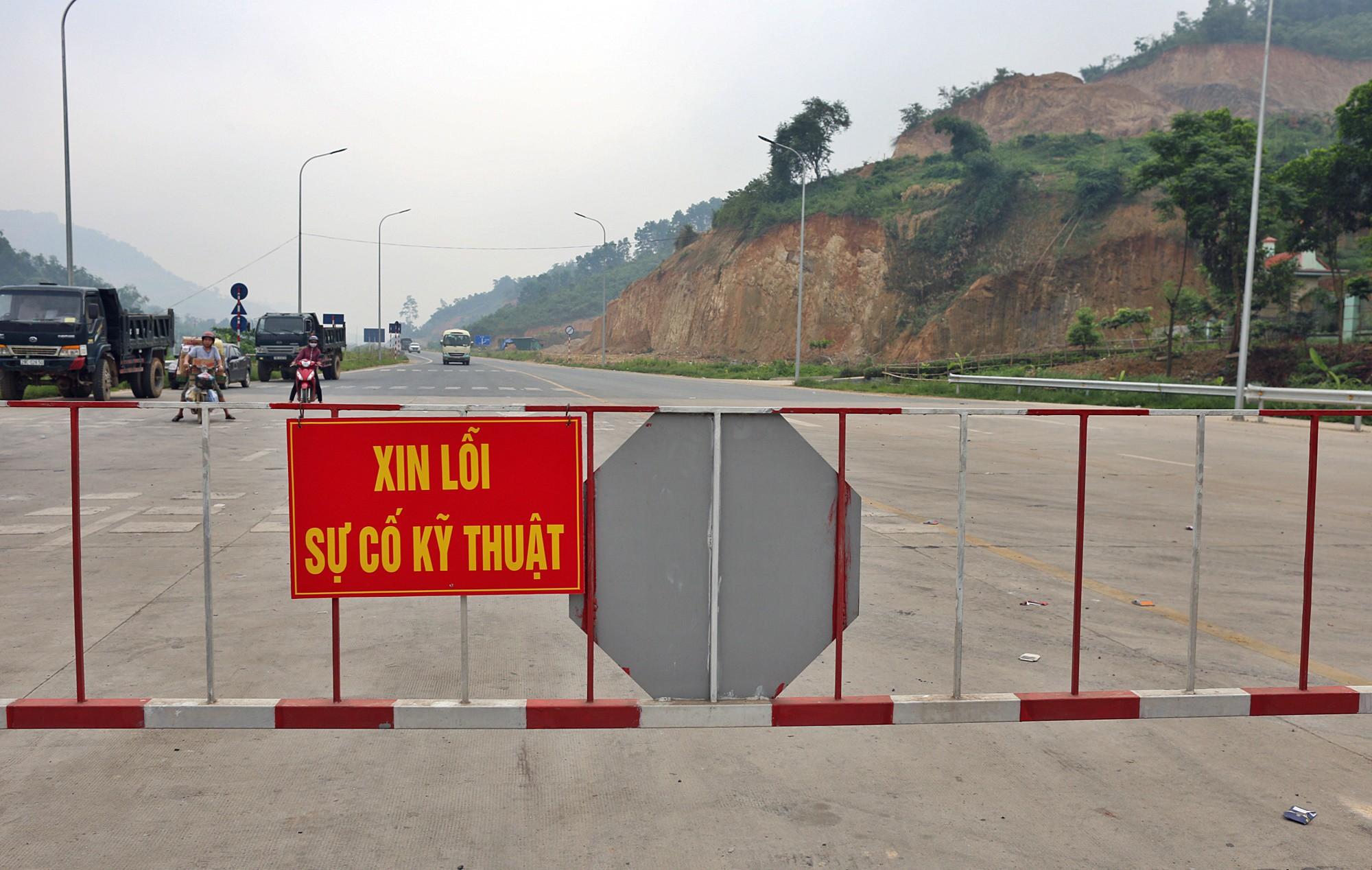 Người dân dùng xe tải chặn làn thu phí trạm BOT Hòa Lạc - Hòa Bình từ sáng sớm - Ảnh 8.