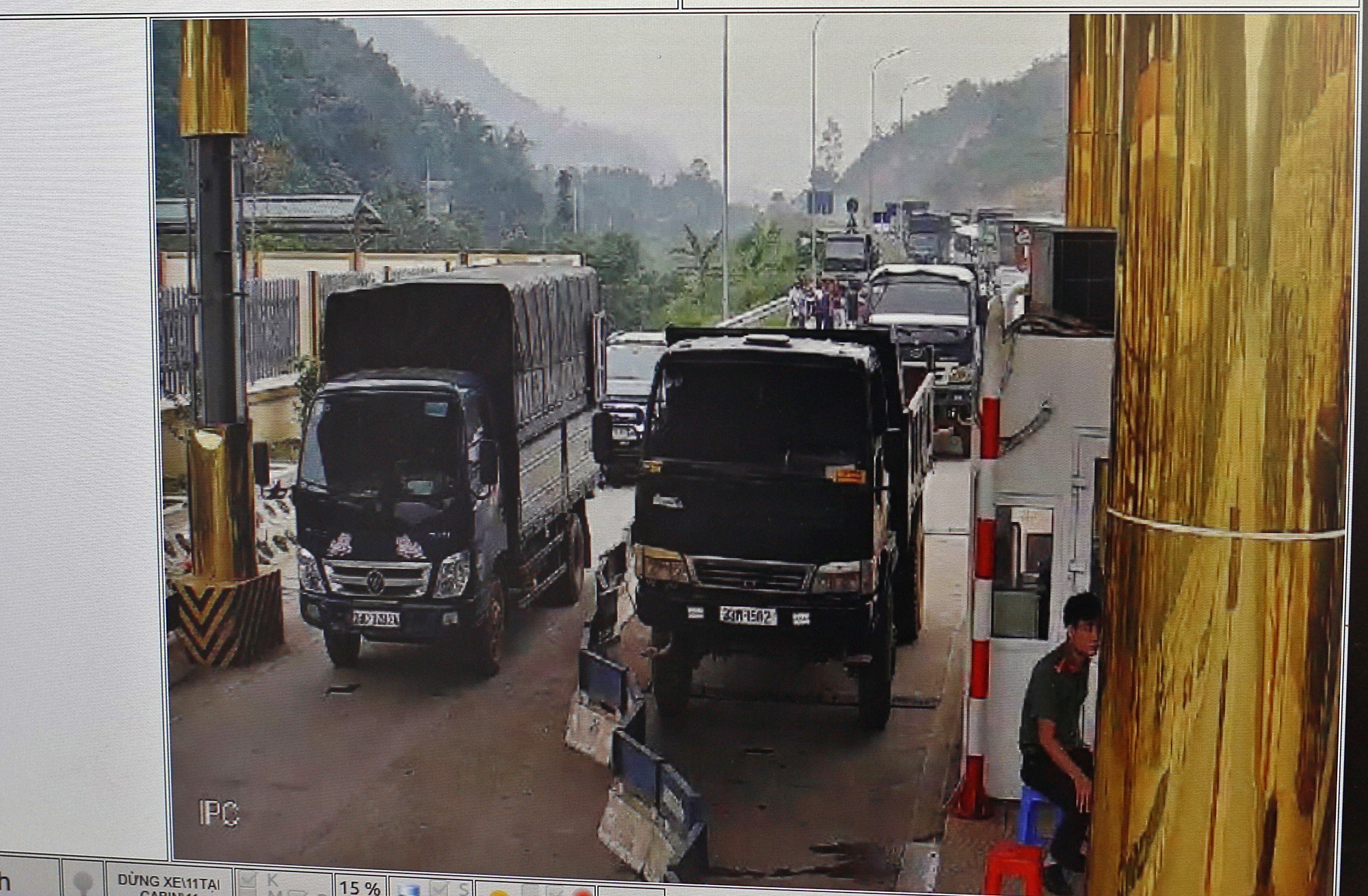 Tài xế khổ sở xếp hàng chờ, khách xuống xe đi bộ vì làn thu phí BOT Hòa Lạc - Hòa Bình bị chặn - Ảnh 8.