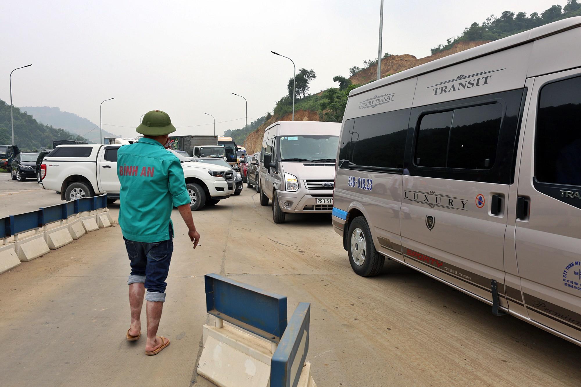 Xe tải chặn làn thu phí BOT Hòa Lạc - Hòa Bình: Nhiều người hì hục kéo dải phân cách để xe đi qua - Ảnh 8.