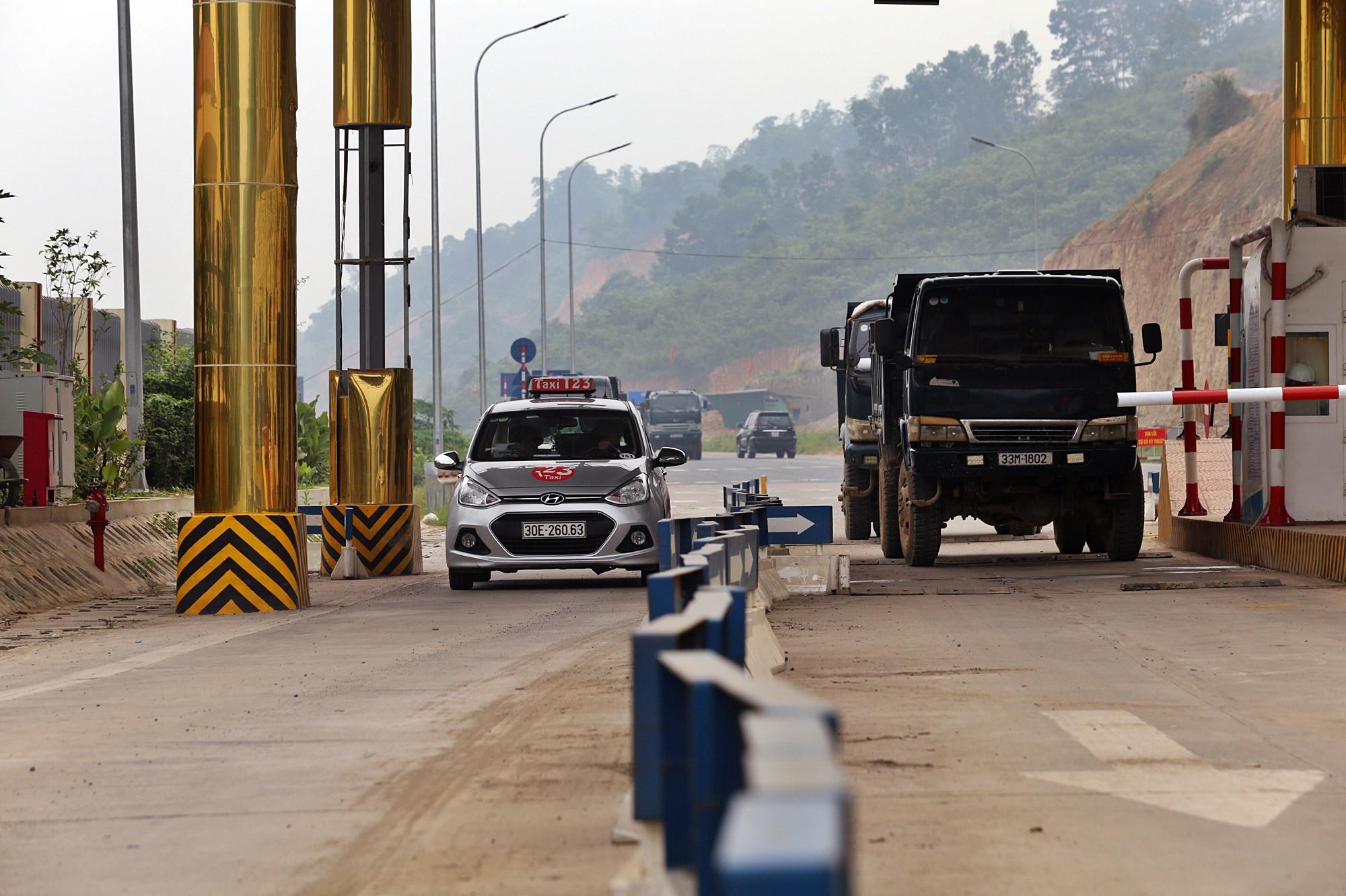 Người dân dùng xe tải chặn làn thu phí trạm BOT Hòa Lạc - Hòa Bình từ sáng sớm - Ảnh 9.