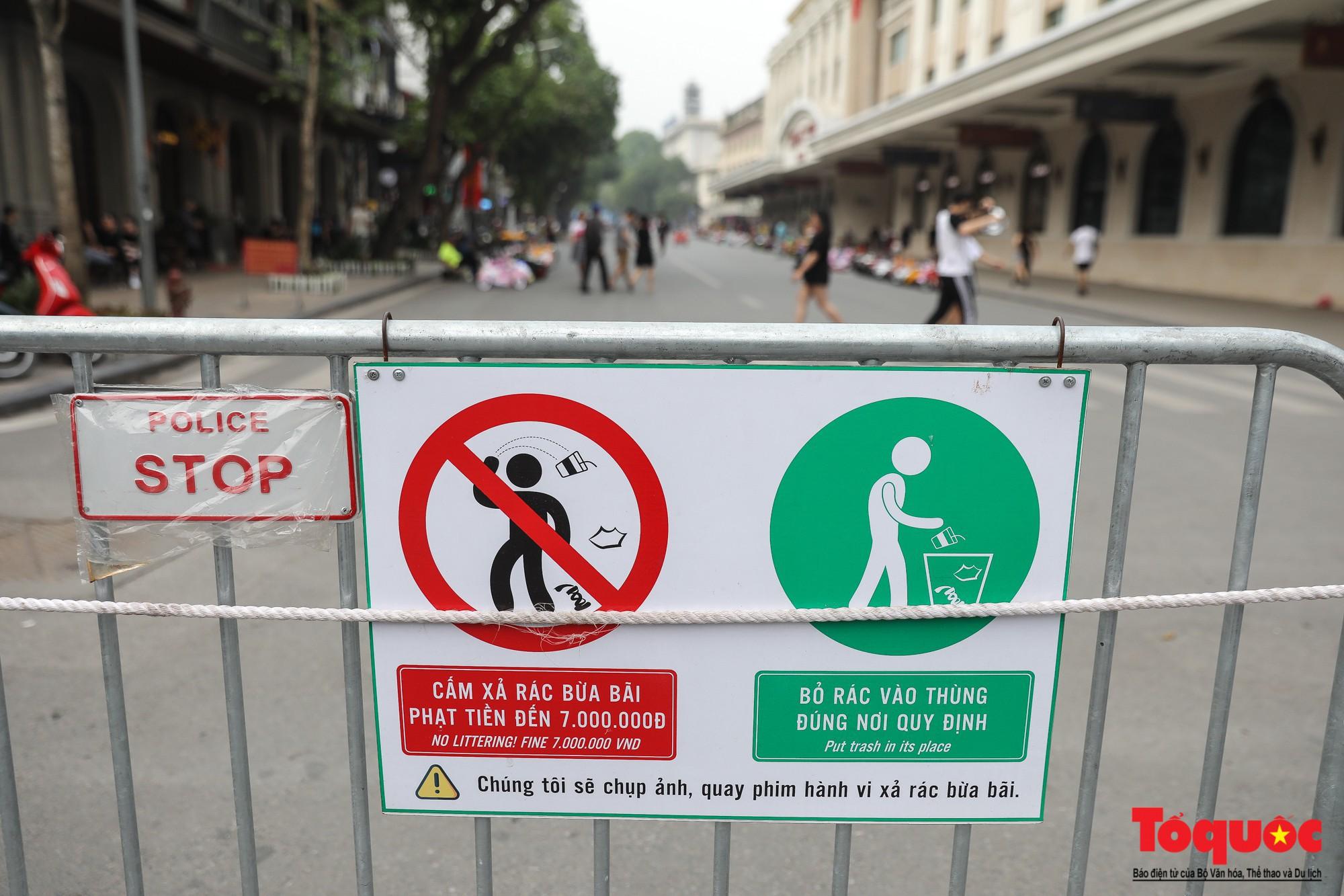 Đề xuất công khai hình ảnh người xả rác trên bảng điện tử ở phố đi bộ Hồ Gươm - Ảnh 1.