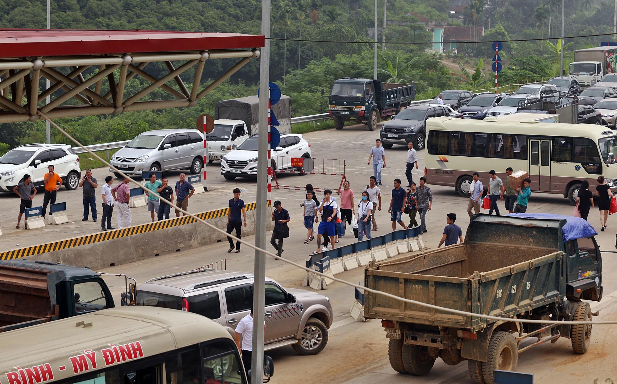 BOT Hòa Lạc - Hòa Bình tố chủ xe ô tô chặn làn thu phí cả đêm - Ảnh 5.