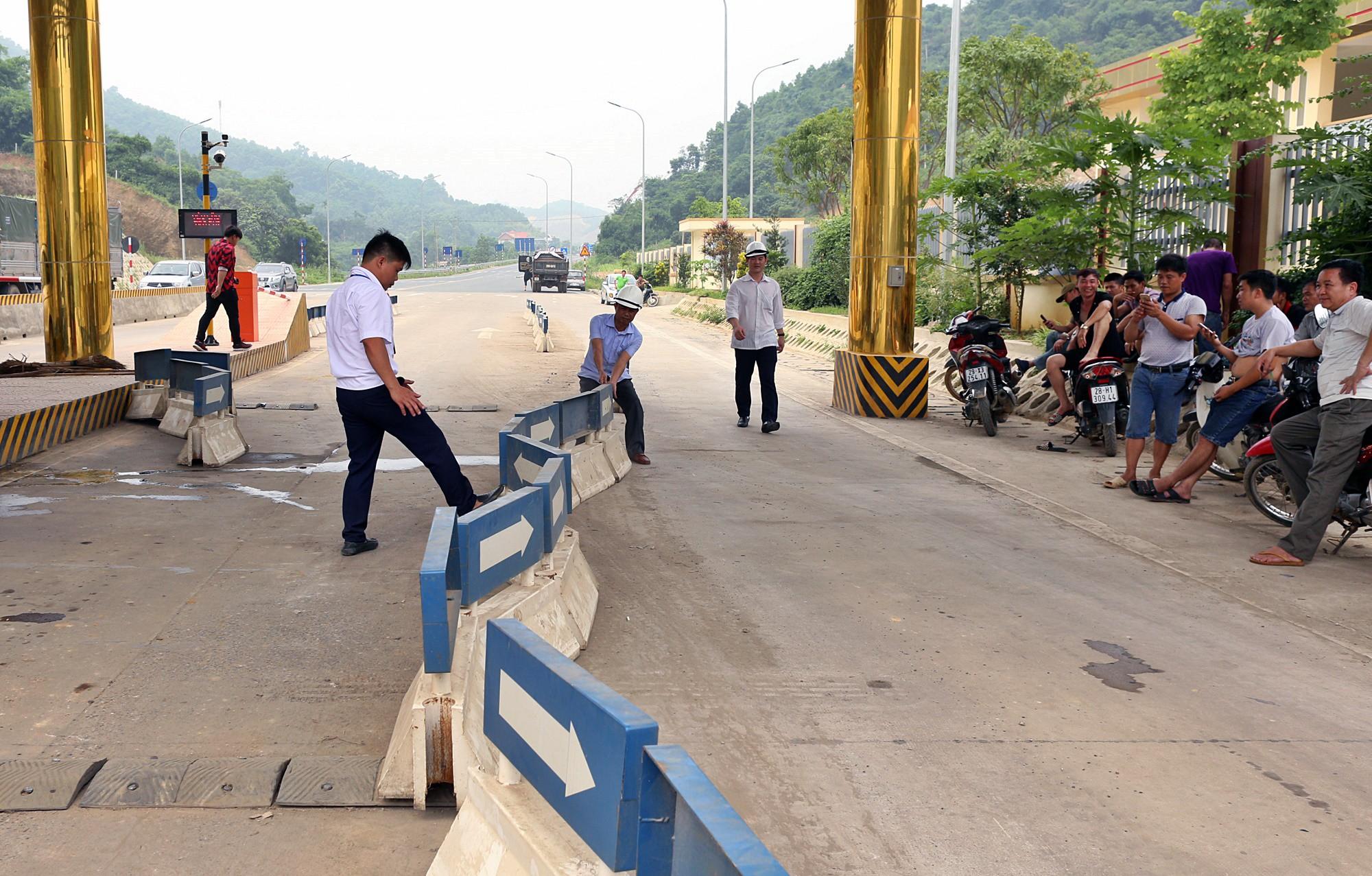 BOT Hòa Lạc - Hòa Bình tố chủ xe ô tô chặn làn thu phí cả đêm - Ảnh 3.