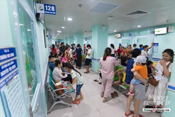 Nắng nóng gay gắt, lượng bệnh nhân tăng vọt ở Bệnh viện nhi Trung ương - Ảnh 1.