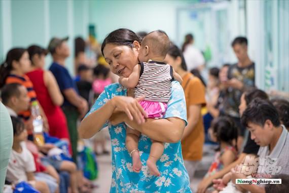 Nắng nóng gay gắt, lượng bệnh nhân tăng vọt ở Bệnh viện nhi Trung ương - Ảnh 10.