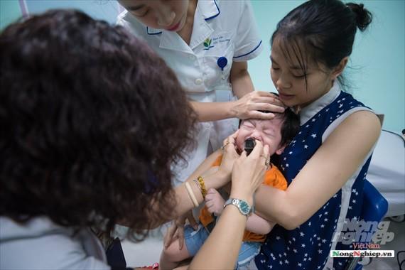 Nắng nóng gay gắt, lượng bệnh nhân tăng vọt ở Bệnh viện nhi Trung ương - Ảnh 11.