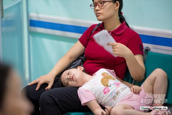 Nắng nóng gay gắt, lượng bệnh nhân tăng vọt ở Bệnh viện nhi Trung ương - Ảnh 12.