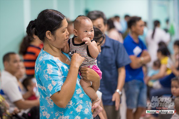 Nắng nóng gay gắt, lượng bệnh nhân tăng vọt ở Bệnh viện nhi Trung ương - Ảnh 13.
