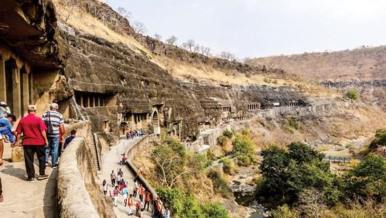 Hang động Phật giáo 2.200 năm tuổi trong rừng sâu - Ảnh 2.