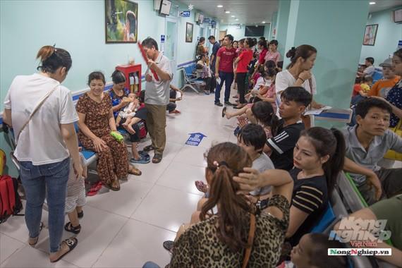 Nắng nóng gay gắt, lượng bệnh nhân tăng vọt ở Bệnh viện nhi Trung ương - Ảnh 2.