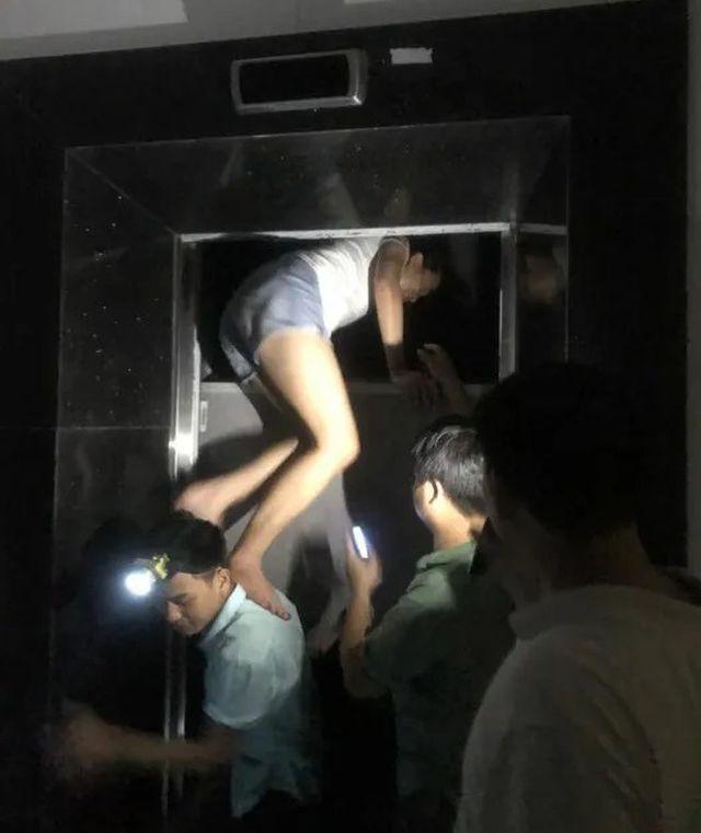 Hà Nội: Giải cứu nhiều người mắc kẹt trong thang máy khi chung cư mất điện - Ảnh 2.