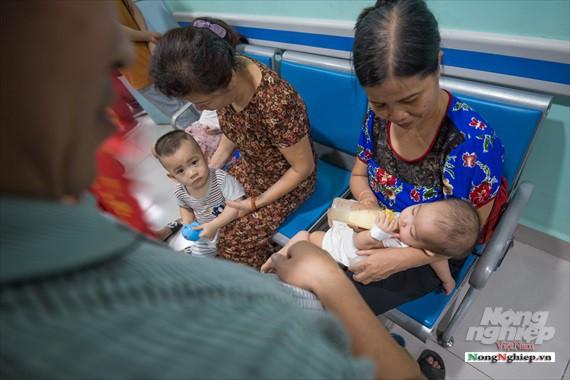 Nắng nóng gay gắt, lượng bệnh nhân tăng vọt ở Bệnh viện nhi Trung ương - Ảnh 3.