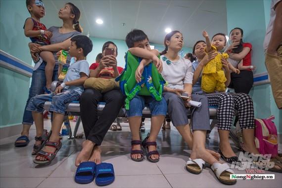 Nắng nóng gay gắt, lượng bệnh nhân tăng vọt ở Bệnh viện nhi Trung ương - Ảnh 5.