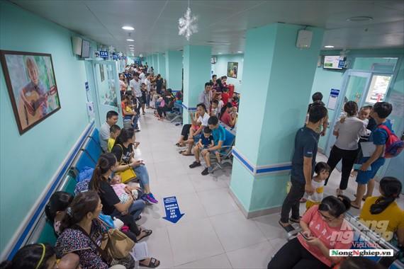 Nắng nóng gay gắt, lượng bệnh nhân tăng vọt ở Bệnh viện nhi Trung ương - Ảnh 6.