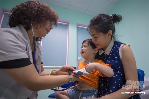 Nắng nóng gay gắt, lượng bệnh nhân tăng vọt ở Bệnh viện nhi Trung ương - Ảnh 8.