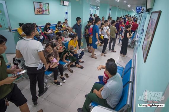 Nắng nóng gay gắt, lượng bệnh nhân tăng vọt ở Bệnh viện nhi Trung ương - Ảnh 9.