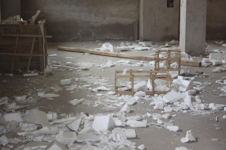 Bên trong tòa nhà đã hoang tàn