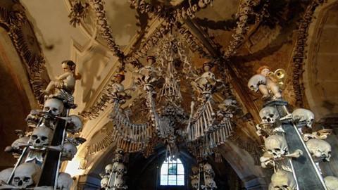 Nhà thờ ác mộng được xây dựng từ 40.000 bộ xương người - Ảnh 1.