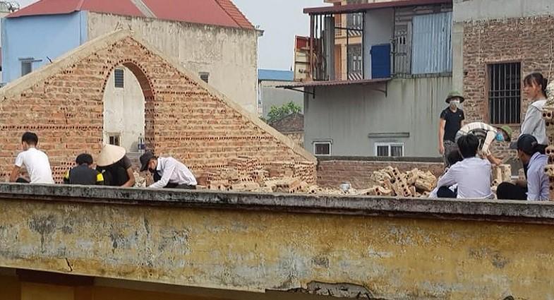 Dân mạng tranh cãi về hình ảnh học sinh cá biệt bị phạt đẽo gạch ở Bắc Ninh - Ảnh 1.