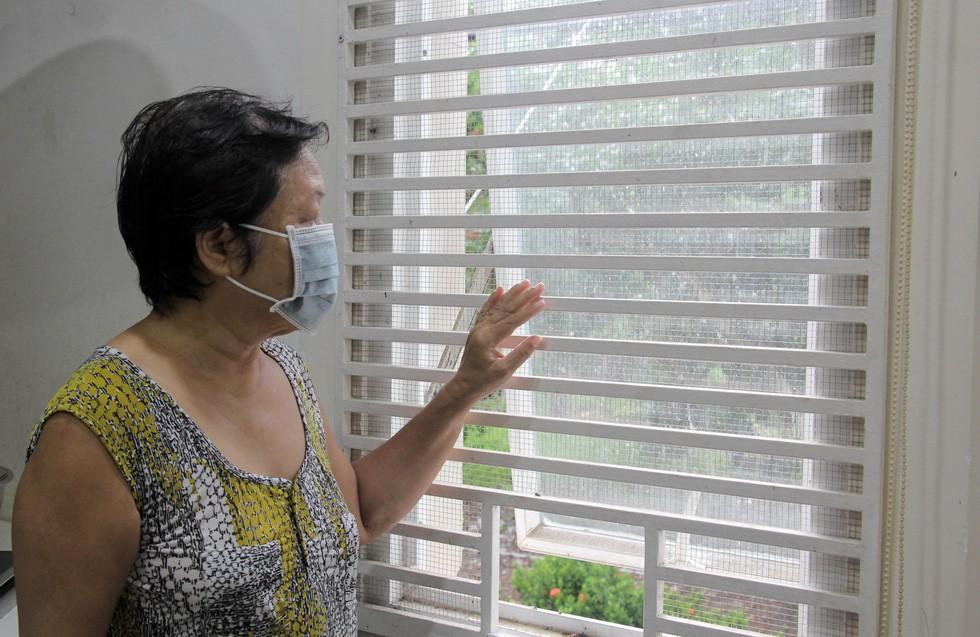 Dân Nam Sài Gòn ở nhà cũng phải đeo khẩu trang, đóng cửa vì mùi hôi từ bãi rác - Ảnh 10.