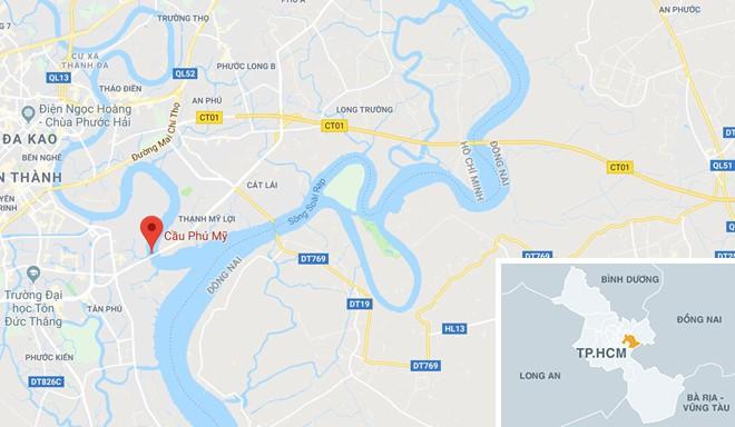 Xe tải lật chắn ngang cầu Phú Mỹ, giao thông ùn tắc hơn 5 km - Ảnh 2.