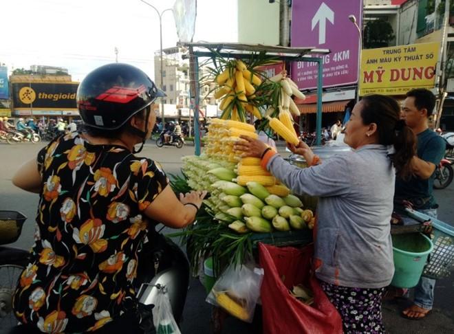 Bắp luộc bùng binh bán hơn 600 trái/ngày khiến Việt kiều tìm đến: 'Tôi bán đến khi chết!' - Ảnh 3.